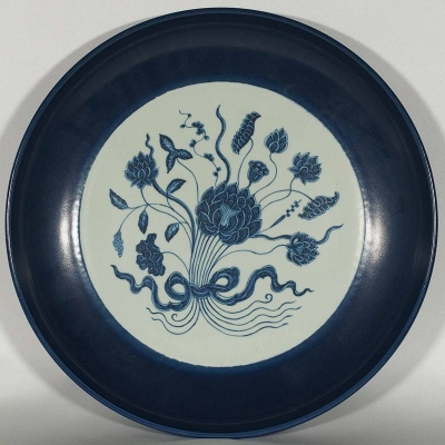 Blue Rimmed Charger with Bouquet of Lotus Design